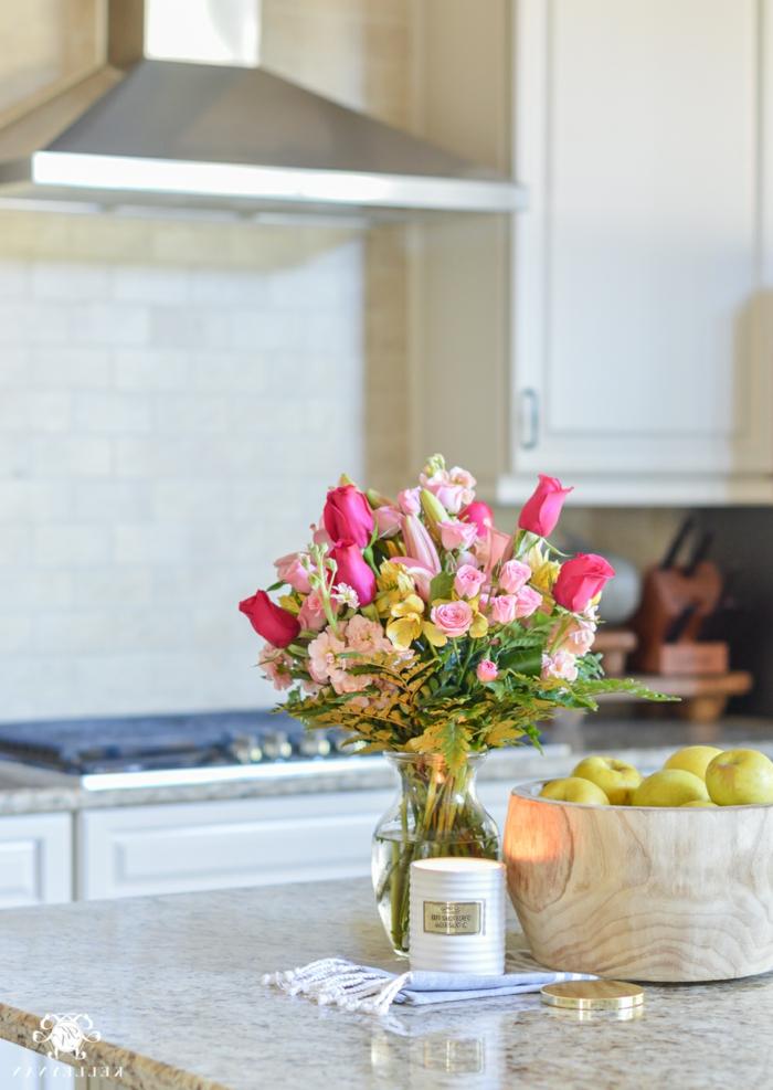 Blumenarrangement mit verschiedenen Rosen, Korb mit Äpfeln, brennende Kerze, Küche Deko Pinterest