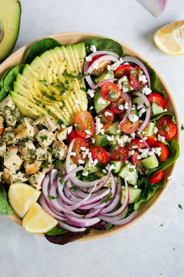 salat ideen einfach und schnell, pesto chicken mit avocado, chery tomaten und gurken