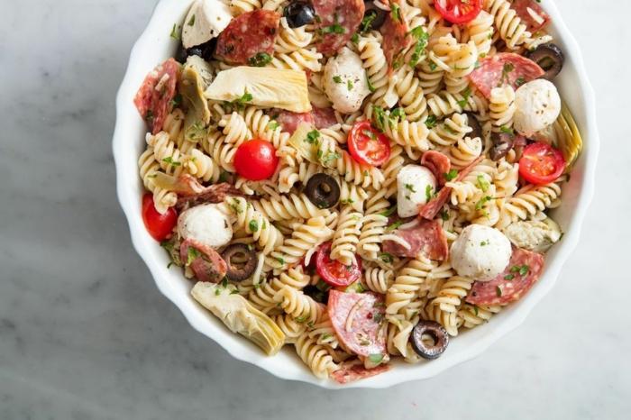 salat ideen, einfache zubereitung, pastasalat mit chery tomaten, mozzarella und oliven, italenischer salat