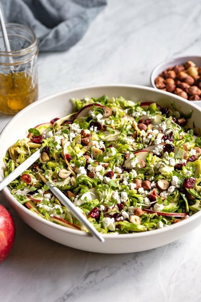 die besten salat ideen, einfache zubereitung, geusndes hebstsalat mit brusselkraut, nüssen und honigsoße