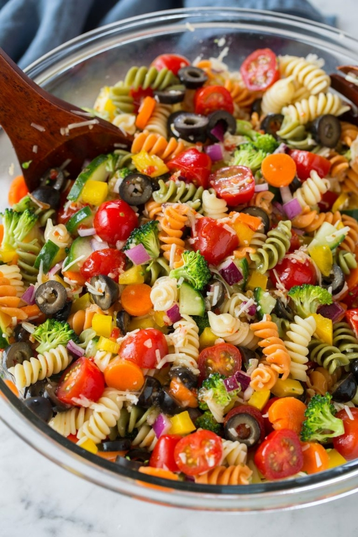 salat ideen, rezept mit pasta, tomaten, oliven, brokkoli, karotten und parmesan