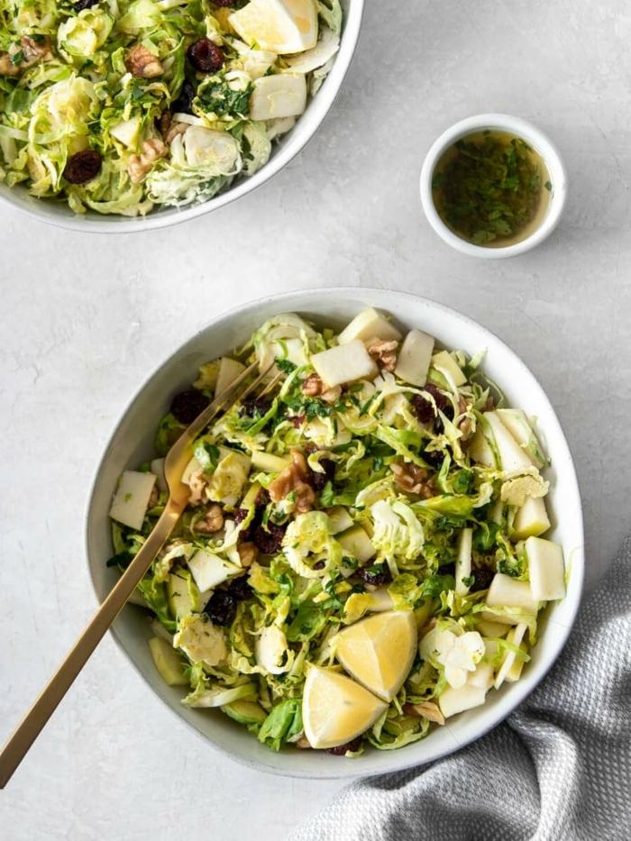 salat ideen rezepte zum abenhmen, gesundes salatrezept mit kraut, nüssen und oliven