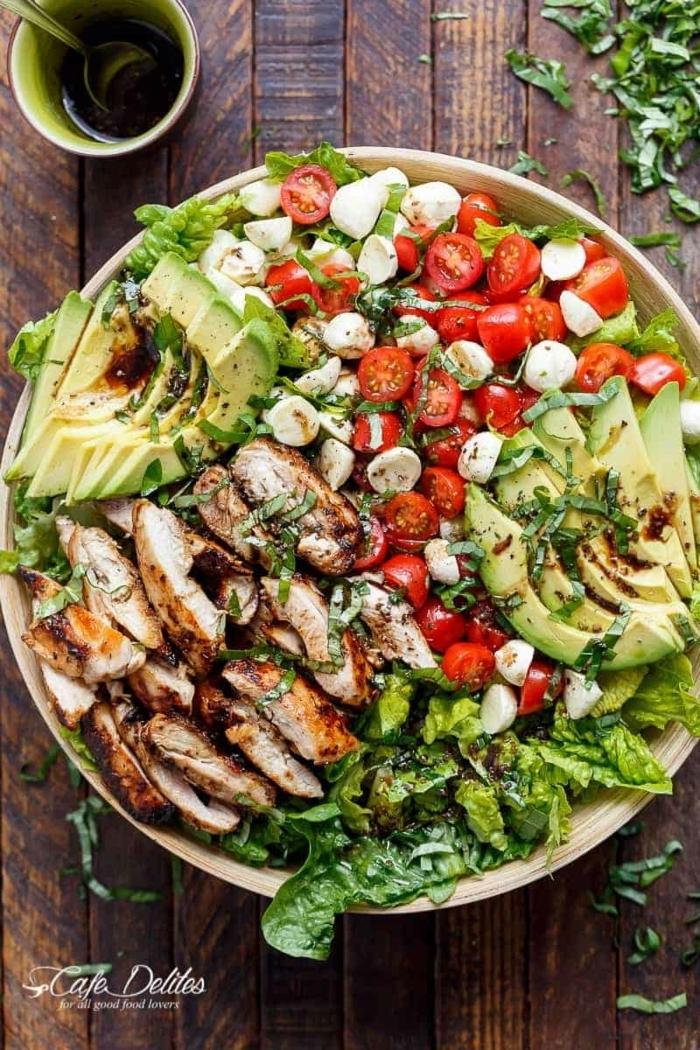salat zum grillen, gesundes mittagessen, hänchenbrust mit tomaten, mozzarella, avocado und brusselkraut