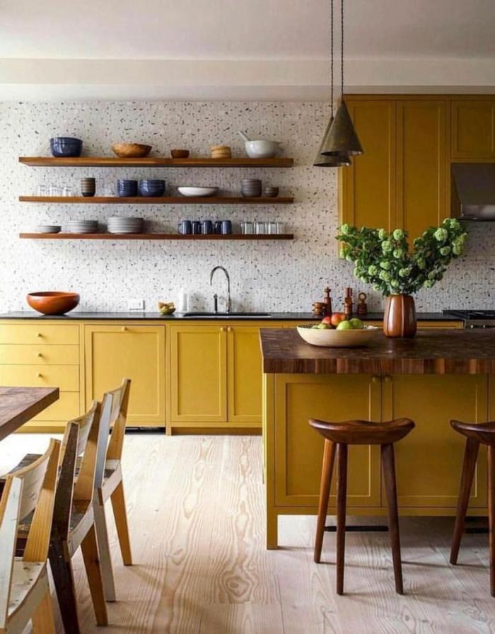 Inneneinrichtung in senfgelbe Farbe und Holzfarbe, Küche dekorieren Tipps, Vase mit grünen Blumen