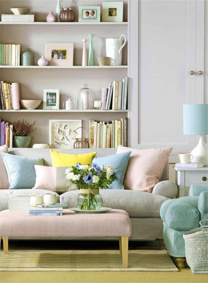 Einrichtung vom Wohnzimmer mit pastelle Farben für den Frühling, Blumen in Vase, Frühlingsdeko 2020