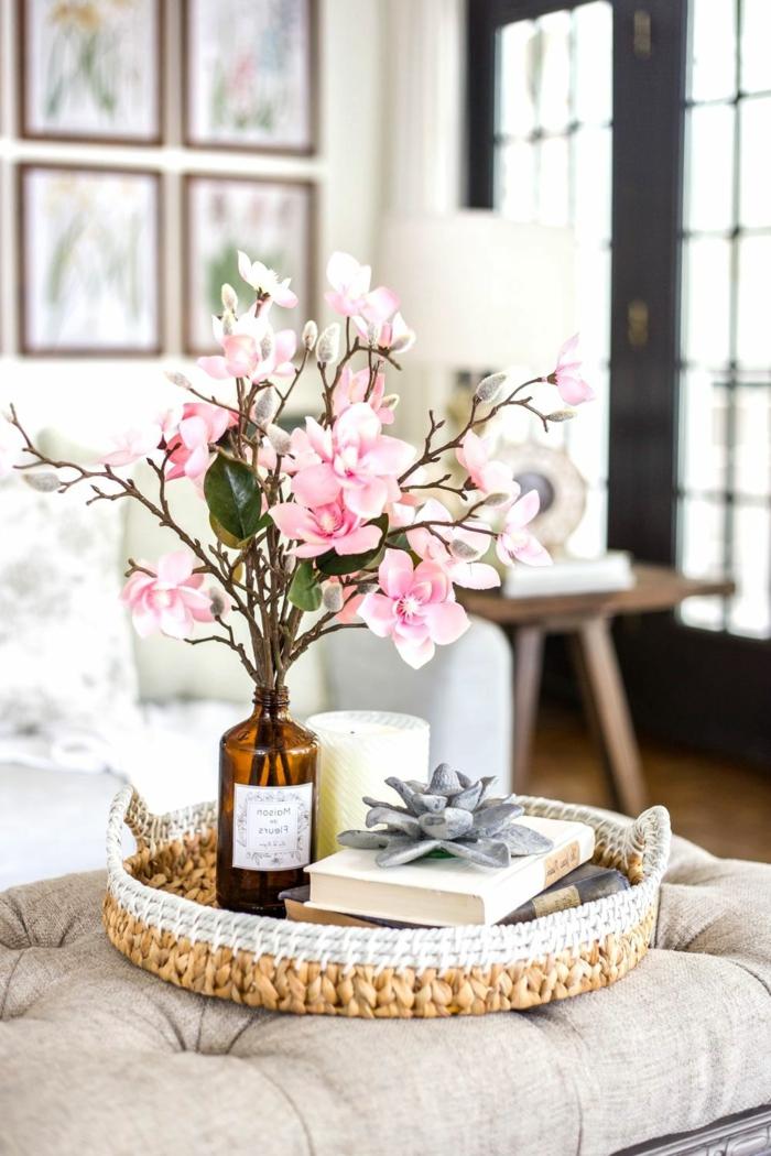 Upcycling von einer alten braunen Flasche, schöne pinke Frühlingsblumen, Deko für die Wohnung