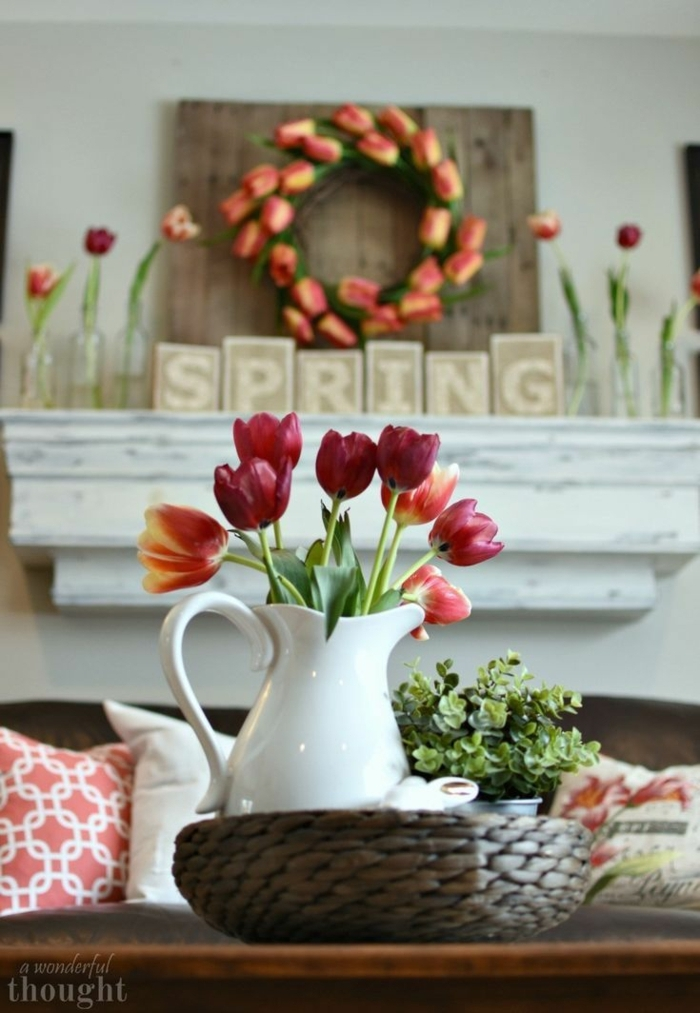rote Tulpen in einer weißen Vase, Dekoration für den Frühling, frühlingsdeko aus naturmaterialien selber machen