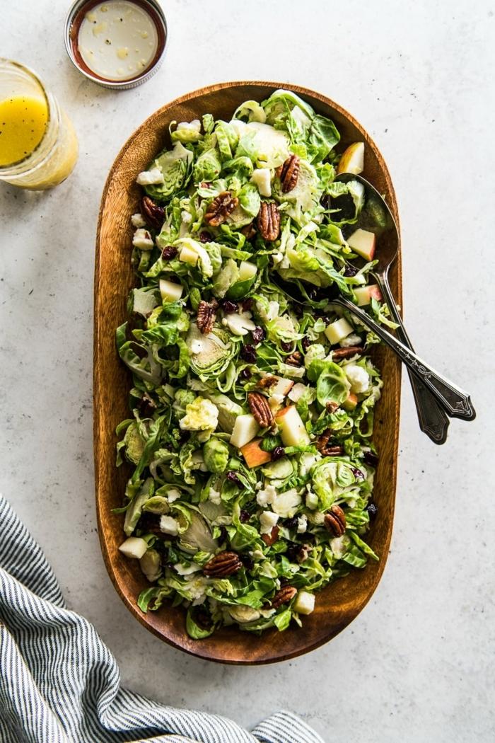 schnelle salate, gesundes mitagessen, hebstsalat mit brusselkraut, äpfeln und nüssen