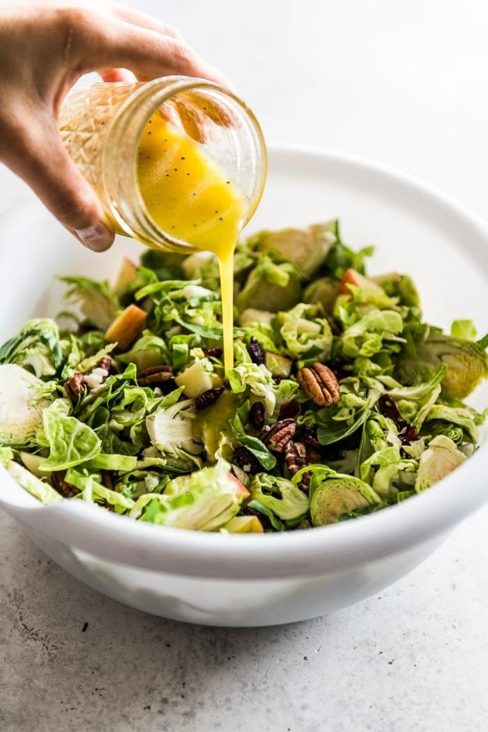 schnelle salate, sommersalat mit walnüssen und brusselkraut garniert mit zitronenensoße