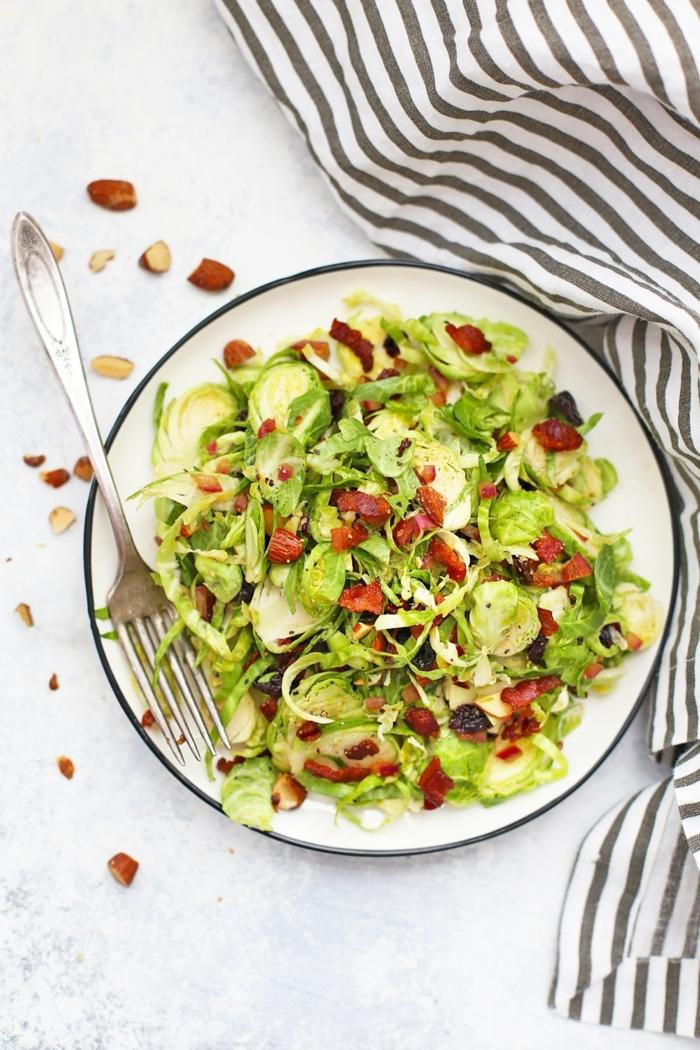 schnelle salate rezepte zum abnehmen, einfavher sommersalat mit brusselkraut und nüssen
