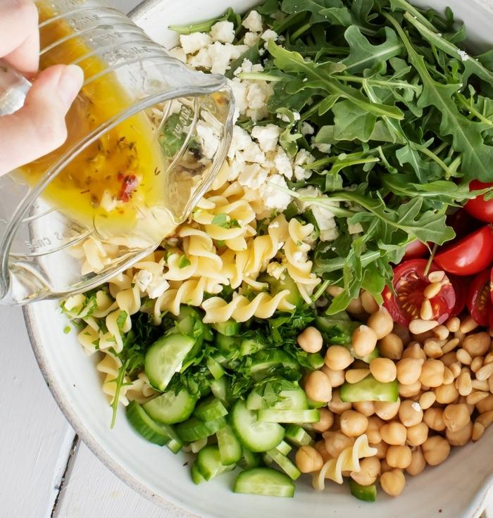 schnelle salate, was koche ich heute, rezept mit pasta, kichererbsen, gurken und rukkola