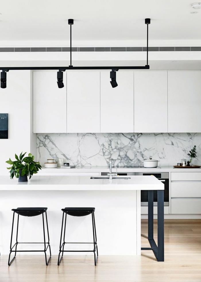 Pinterest Küche in weißer Farbe mit schwarzen Stühlen, kleine grüne Pflanze, Marmor Elemente