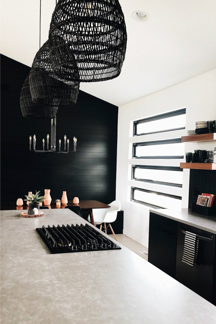 Wand in sehr dunkle schwarze Farbe, kleiner Tisch mit einem weißen Stuhl, schwarze Lampen, Ikea Küchen Ideen