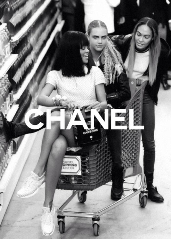 Werbung von Chanel mit Rihanna und Cara Delevigne, aesthetic wallpaper iphone, schwarz weißes Foto