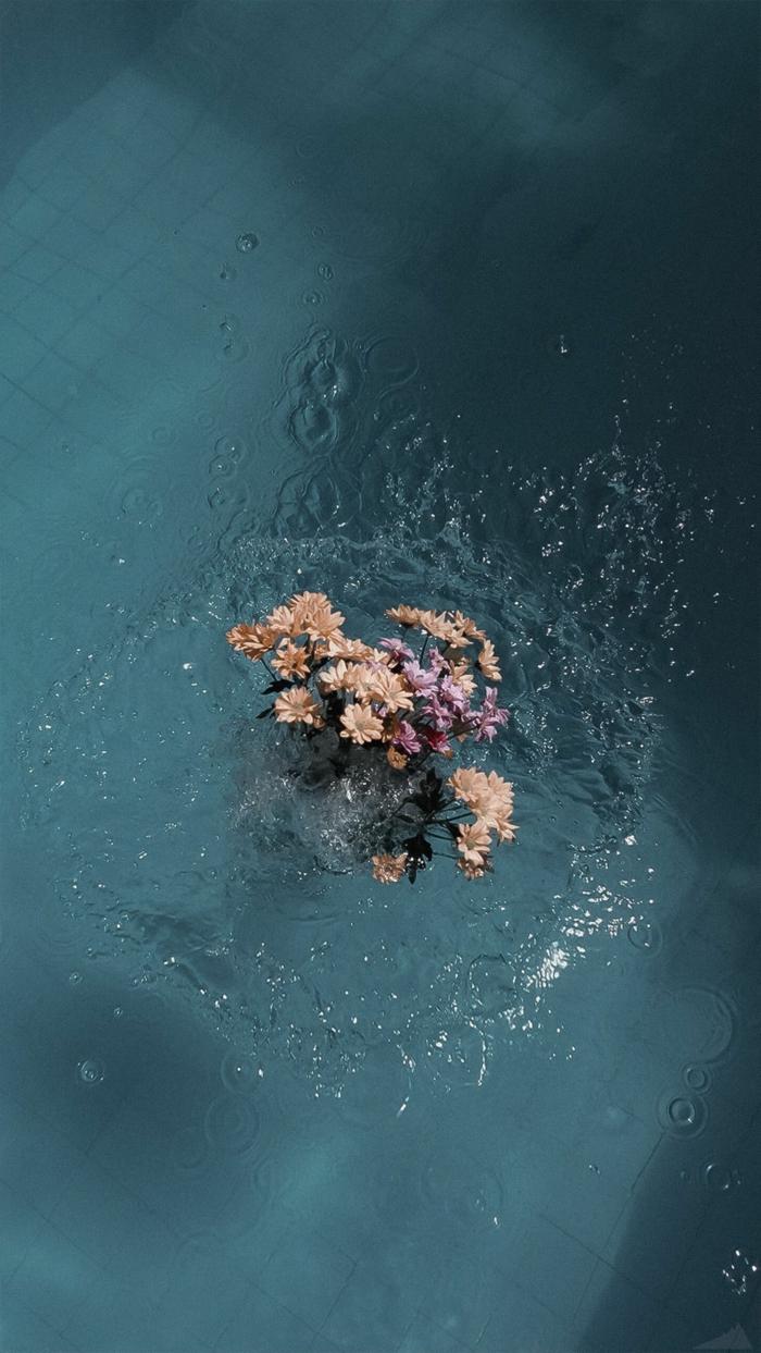 schöner Blumenstrauß im Schwimmbad, ästhetische Tapete für Handys, aesthetic backgrounds