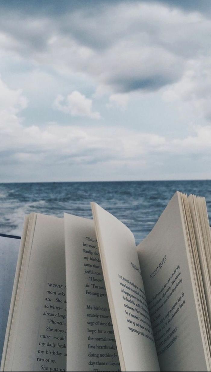 Person liest Buch am Strand, Meer im Hintergrund, aesthetic Wallpaper hd, schöne Bilder für Handy