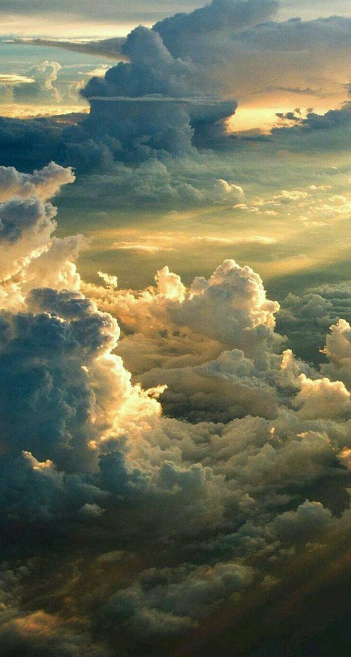 Sonnenstrahlen strahlen durch dichte weiße Wolken, aesthetic phone wallpapers, kreative Hintergrundbilder