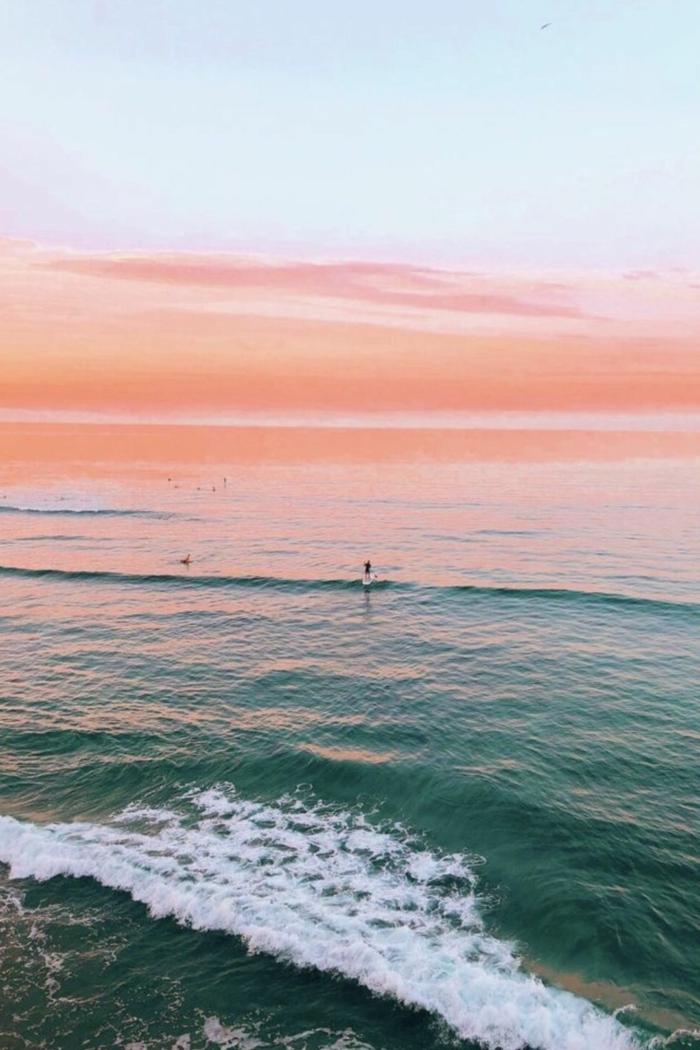 Surfer paddelt im Meer, kleine Wellen, aesthetic iphone wallpaper, ästhetische Tapete Handy