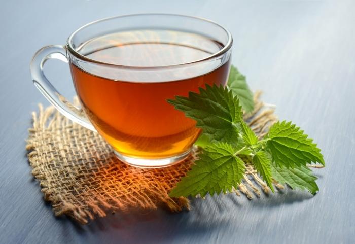 stärkung des immunsystems, gesunder tee mit ingwer und zitrone, immunsystemstärkung durch naturmittel