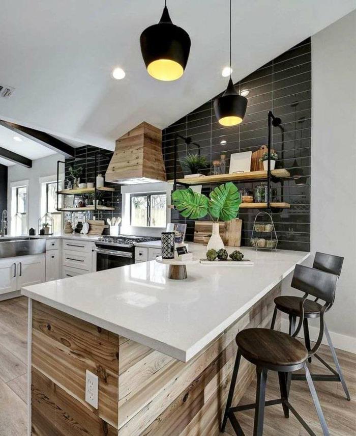Küche u Form mit Fenster und Theke, Wand mit schwarzen Fliesen, Design Tendenzen 2020