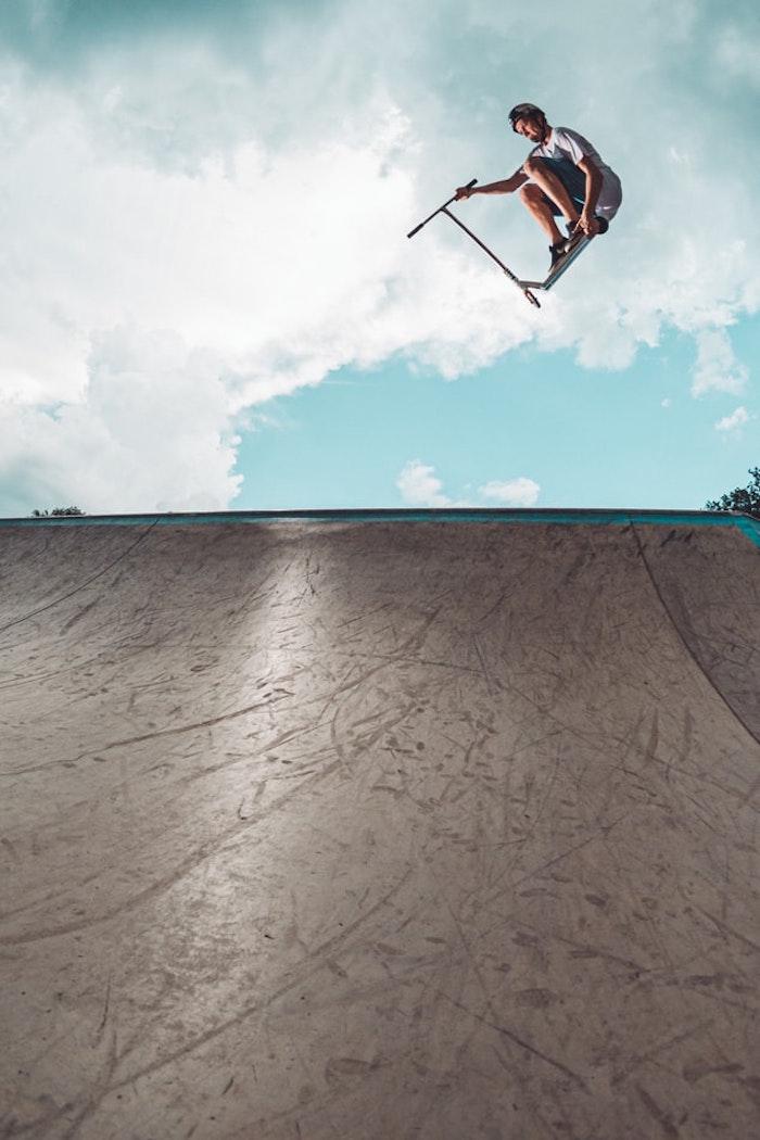 Mit Stunt Scooter hoch in den Wolken, Tricks und Sprünge machen