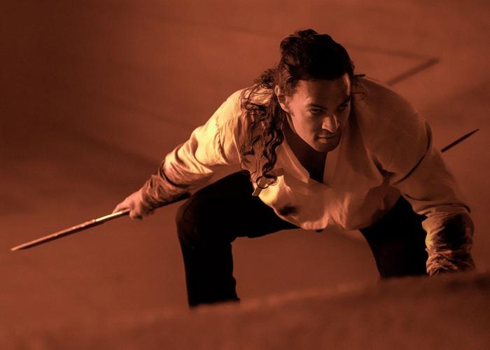 der schauspieler jason mamoa verkörpert die rolle von duncan idaho in dem neuen sci fi film dune von dem regisseur denis vielleneuve, ein mann mit weißem hemd und langem schwarzen haar
