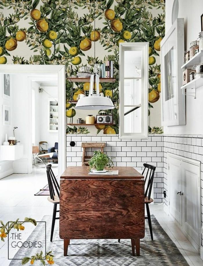 schöne Tapeten mit Zitronen und Blättern, Küchenlösungen für kleine Küche mit Tisch, weiße Fliesen