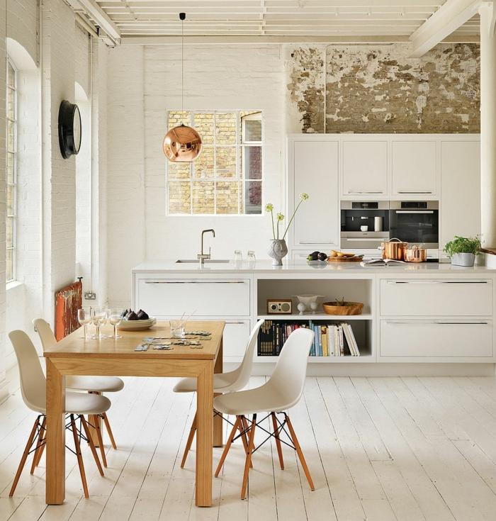 weiß graue Ziegelwand, Tisch in Holzfarbe mit weißen Stühlen, Kücheninsel mit Spülbecken, Küche Dekorieren Tipps