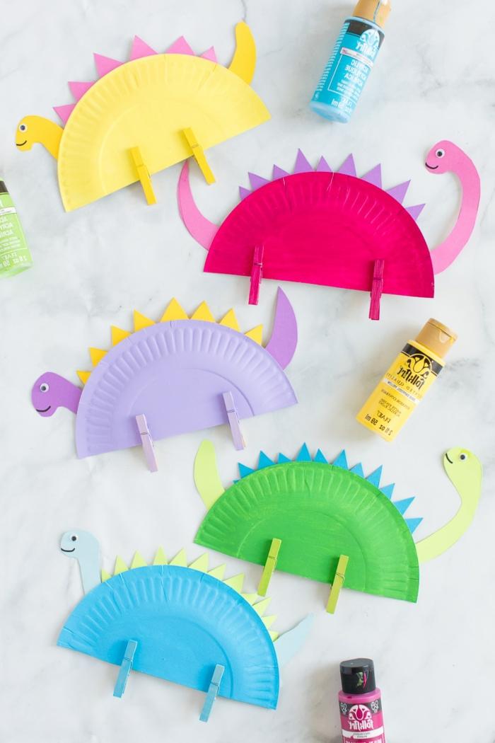 Dinosaurier in verschiedene Farben mit Pappteller basteln, kreative Bastelideen Muttertag