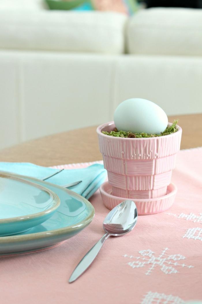 Osterei in einem pinkem Eierbecher, zwei blaue Teller und Servietten, Küche Deko Pinterest