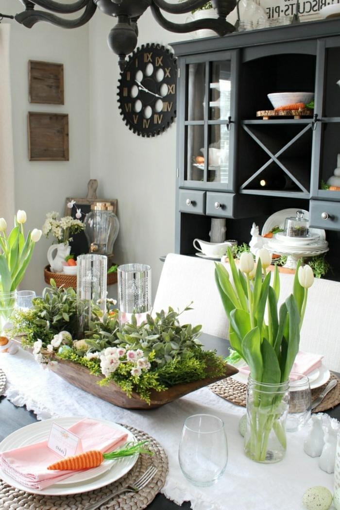 Herzstück mit vielen grünen Pflanzen, Vase mit weißen Tulpen, großer schwarzer Regal, küche Deko Pinterest
