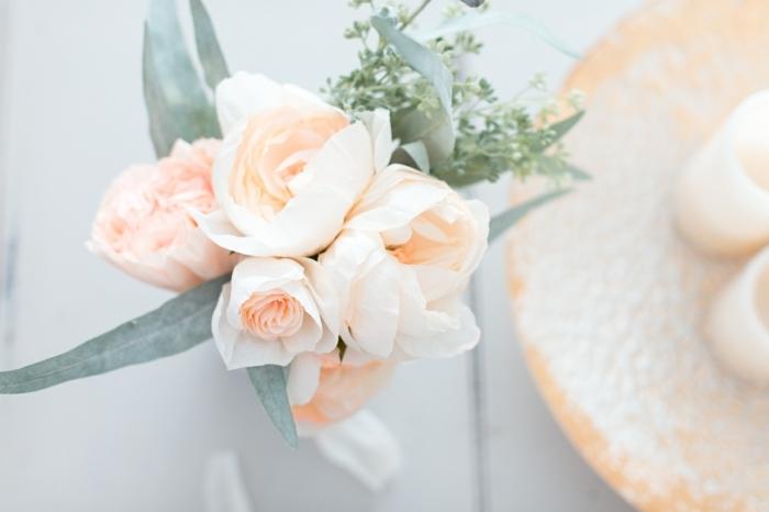 tolle rosen aus papier schnell und einfach selber machen, papierrosen in vase, hochzeitsdeko