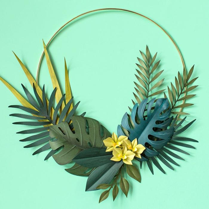 Tropischer Kranz aus grünen Blättern und Orchideen aus Papier, DIY Anleitung, Wohnzimmer Deko selber machen
