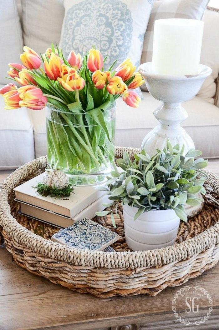 gelb rote Tulpen, großer Korb für Bücher und Pflanzen, Pinterest Deko, Wohnzimmer Dekoration
