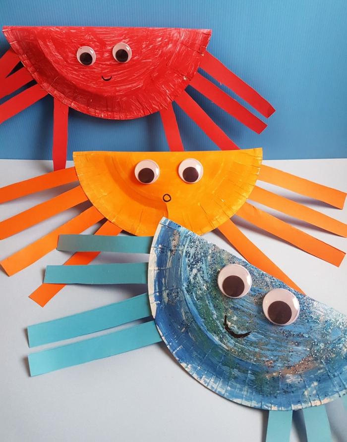 drei bunte Krabben, gebastelt aus Papptellern in rot und orange, Meerestiere basteln DIY
