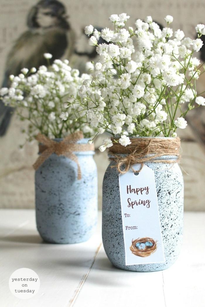 Vase aus altem Einmachglas, Upcycling Idee, schöne weiße Blumen, Tischdeko Frühling mit Naturmaterialien