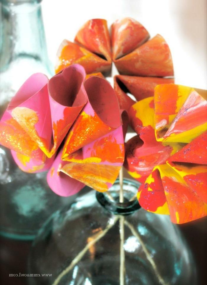 schöne gebastelte Blumen aus Klopapierrollen, bemalt in pinke und rote Farben, Wohnzimmer Deko selber machen