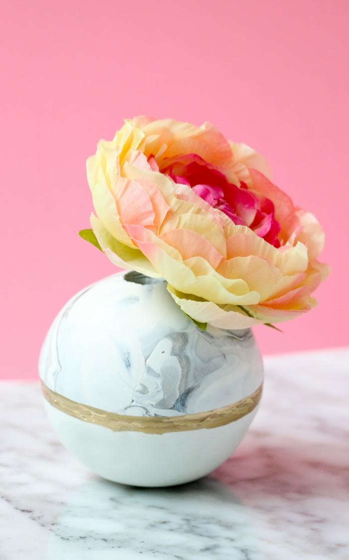 schöne runde Vase aus Ton selbst basteln, gelb pinke Blume, frühlingsdeko aus naturmaterialien selber machen