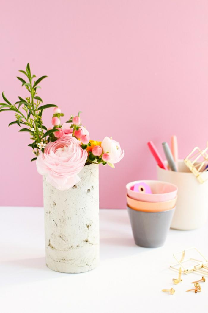 Wand in pink, elegante Vase mit pinken Rosen, Gefäße aus Beton selber machen, DIY Anleitung