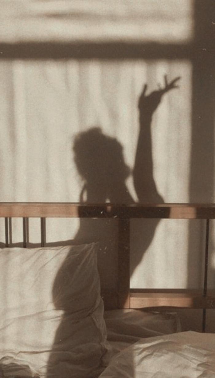 vsco vintage filter, Schatten einer Frau, weißes Kissen, kreative Hintergrundbilder, aesthetic wallpaper iphone