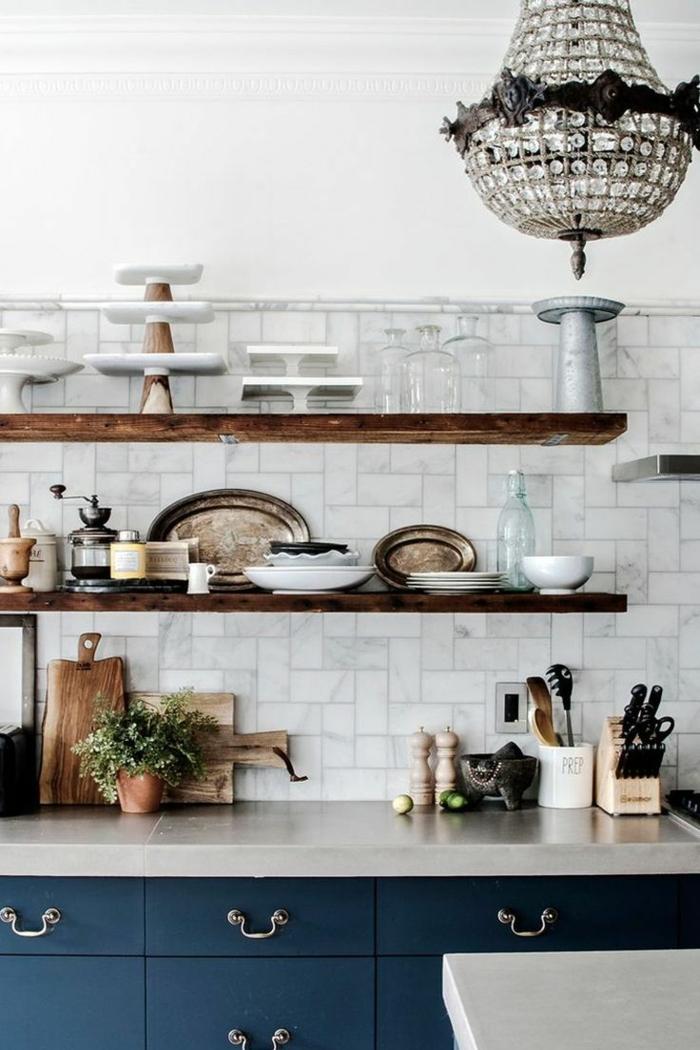 Regale aus Holz, Kombination aus blauen Schränken und weißen Fliesen, kleine moderne Küche