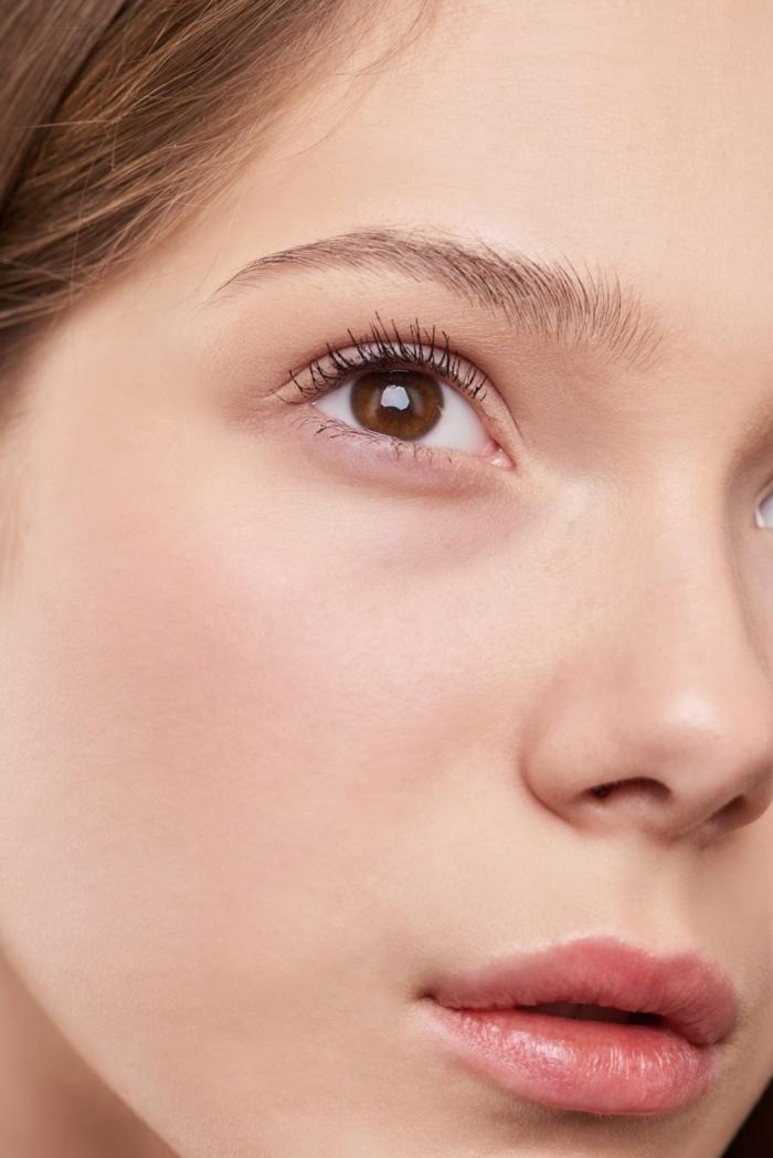 Nahaufnahmen von einer Frau mit braunen Augen, ästhetische Hautklinik, Laser Tattooentfernung