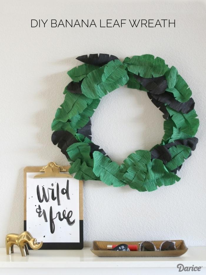 was kann man aus kreppapier basteln, kranz aus schwarzen un grünen blättern