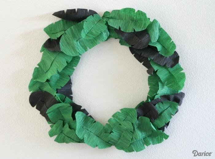 was kann man aus kreppapier basteln, grüne und schwarze blätter, selbsgtemachter kranz