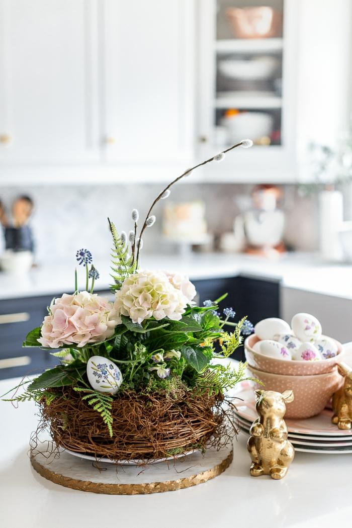 Tischdeko Frühling mit Naturmaterialien, Frühlingsnest mit weißen Blumen und grünen Blättern