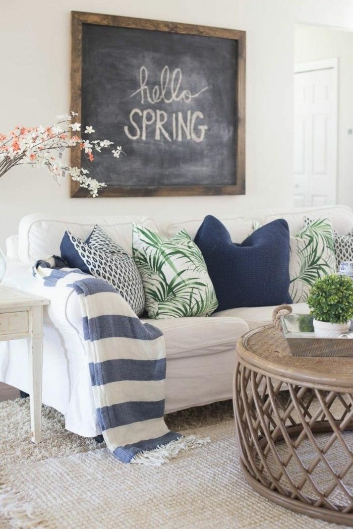 Dekoration für den Frühling, weißes Sofa mit grünen und blauen Kissen, blau weiße Decke, Deko für die Wohnung