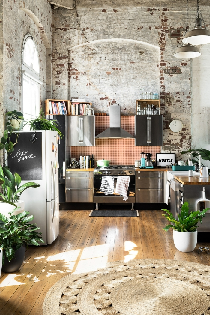 weiße Ziegelwand, hohe Decke, Küche l Form mit Fenster, Dekoration mit Pflanzen, Industrial Chic Design