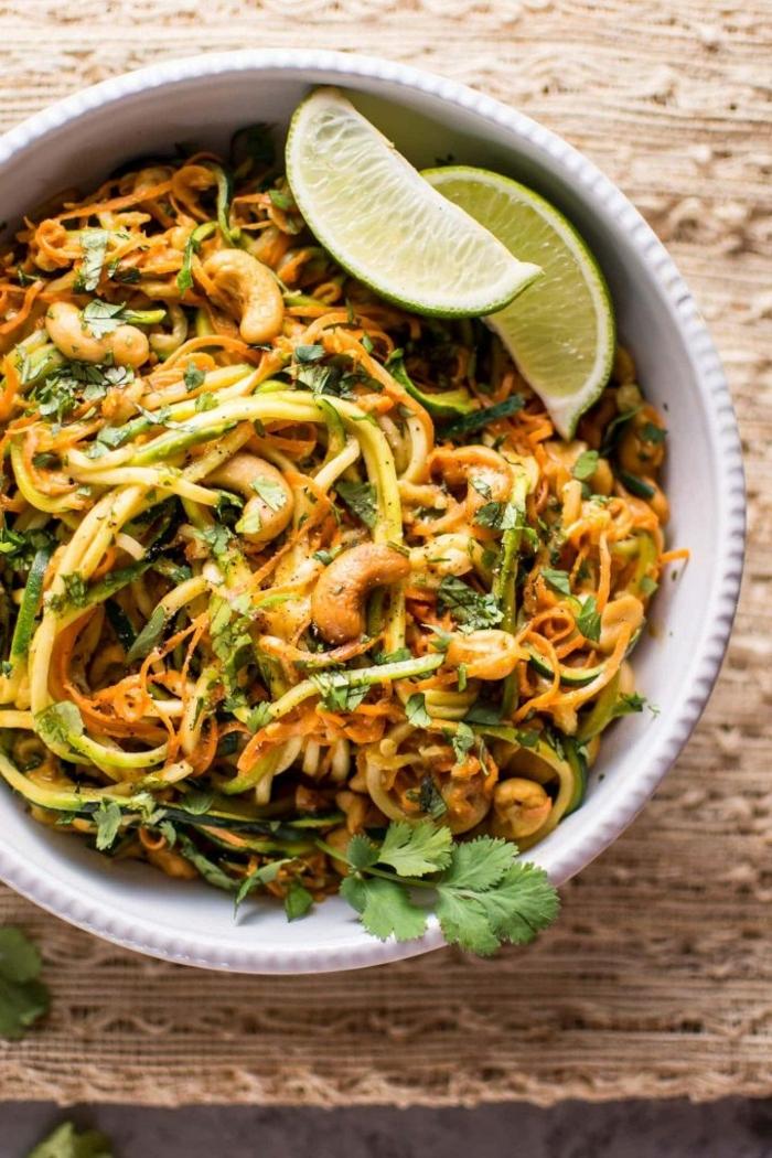 zucchini nuden kochen, leckere gesichte, zudeln mit cashewnüsse, petersilie und limetten