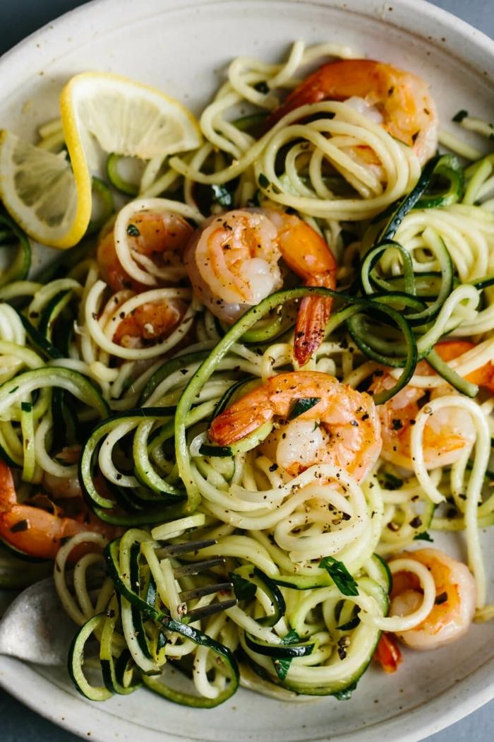 zucchini spaghetti mit garnelen und zitrone, leckeres mttagessen, low carb gerichte