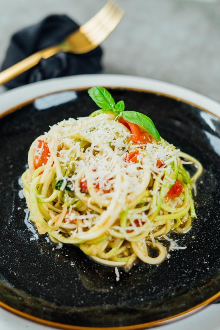 zucchini spaghetti rezept einfach und schnell, leckere vegetarische gerichte, low carb